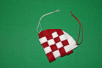 Easy Christmas Crafts Felt Basket add yarn to other side