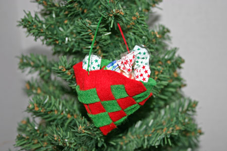 Easy Christmas Crafts Felt Basket red and green version