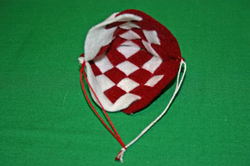 Easy Christmas Crafts Felt Basket tie yarn ends together