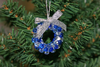 Easy-Christmas-crafts-Beaded Christmas wreath blue clear finished