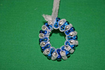 Easy-Christmas-crafts-Beaded Christmas wreath blue silver make a circle