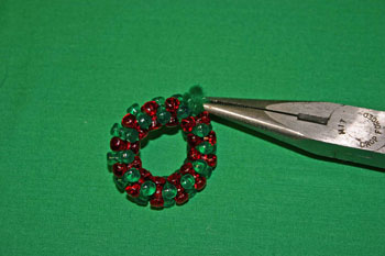 Easy-Christmas-crafts-Beaded Christmas wreath red green clear hide wire ends