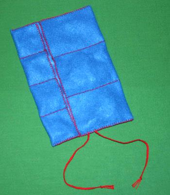 Easy felt crafts jewelry roll with jewelry in pockets
