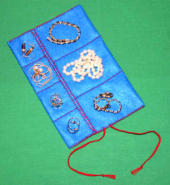 Easy felt crafts jewelry roll with jewelry blue