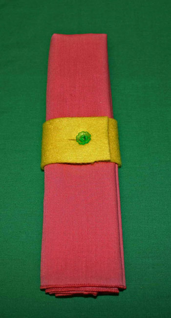 Easy felt crafts napkin ring yellow and green closeup