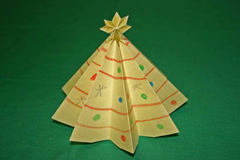 Easy Christmas crafts folded paper Christmas tree yellow finished